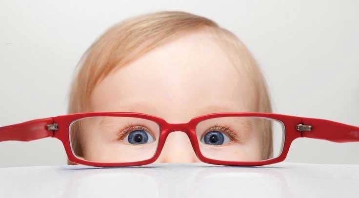 los tornillos flojos en las gafas
