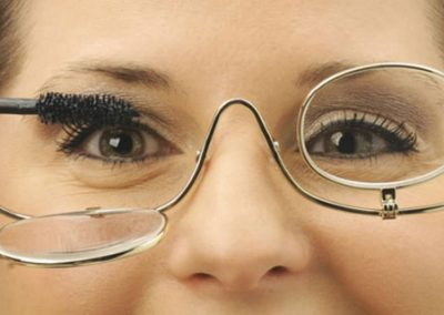 gafas de metal con dos lentes para maquillarse