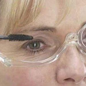 maquillándose con una gafa