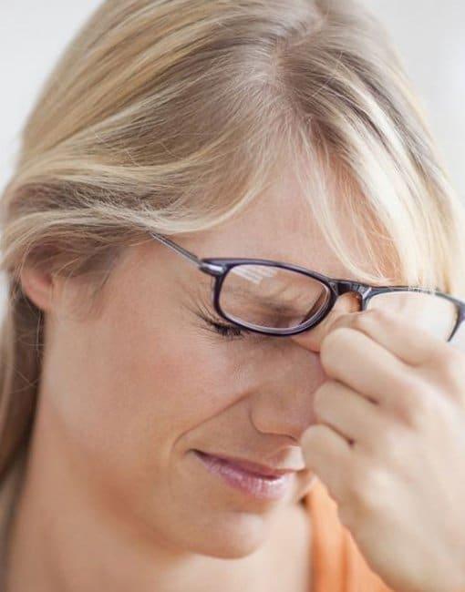 dolor de cabeza por no usar gafas