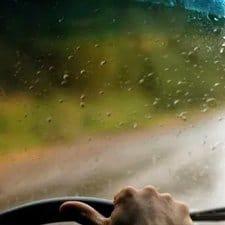 gafas especiales para conducir en un día lluvioso